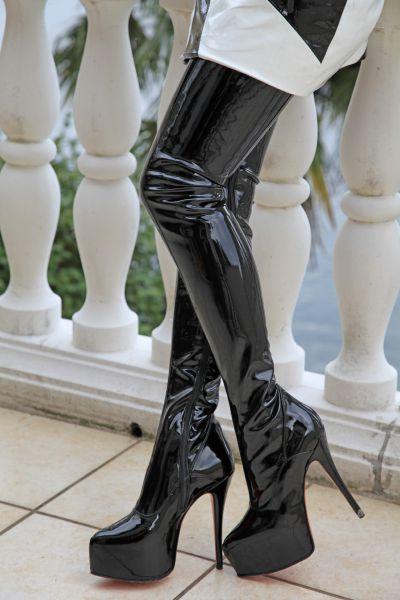 Extralanger schwarzer Stretchlack Overknee Stiefel mit eingearbeitetem Plateau MICELI-Made in Italy