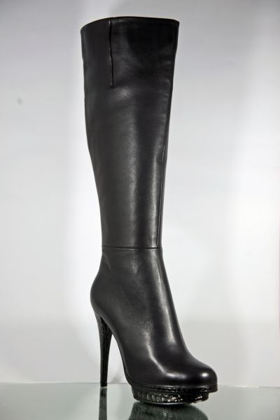 Exclusiver kniehoher schwarzer Lederstiefel mit Plateau