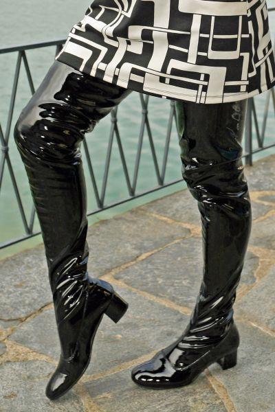 Schrittlanger schwarzer Stretchlack Stiefel im Stil der 60er Jahre
