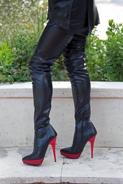 Zweifarbiger extralanger High-Heel Overknee Stiefel mit rotem Plateau
