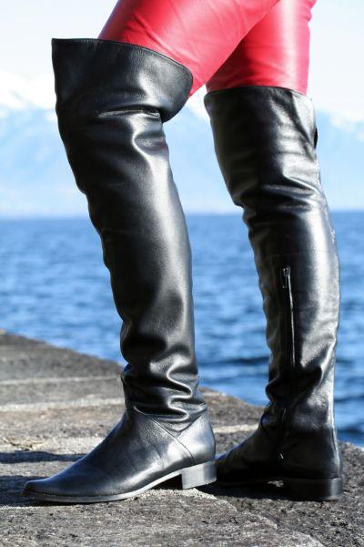 Extravaganter schwarzer italienischer Lederstiefel