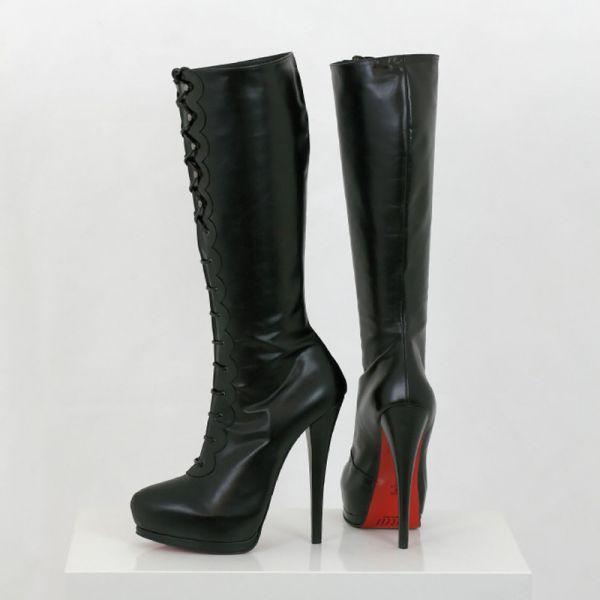 Schwarzer kniehoher Lederstiefel mit Schnürung und Plateau