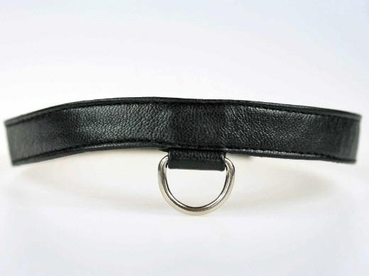 Lederhalsband mit kleinem D-Ring und Druckknopfverschluss