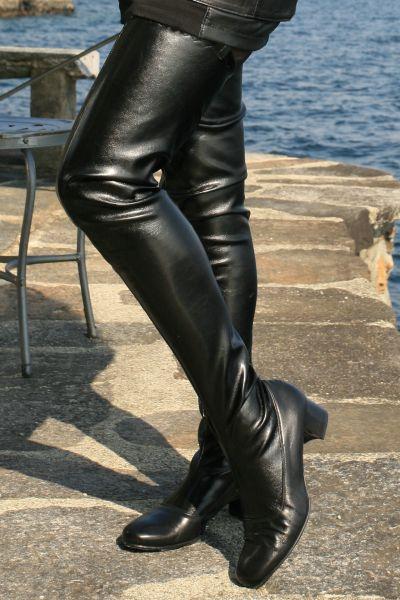 Schrittlanger schwarzer Stretchkunstleder Stiefel im Stil der 60er Jahre